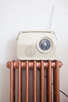 ode retro 무 copper spray painted radiator & vintage radio Radio Vintage, Vintage Soul, Look Vintage, Vintage Vibes, Painted Radiator, Copper Spray Paint, Deco Retro, Retro Home Decor, Aesthetic Vintage