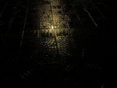 Numa noite escura a guia iluminada mostra o caminho dos cegos