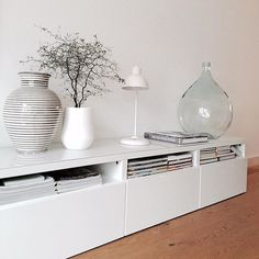 BESTÅ opberger | Deze pin repinnen wij om jullie te inspireren. IKEArepint IKEA IKEAnederland IKEAnl woonkamer inspiratie wooninspiratie opbergen tv-meubel wit