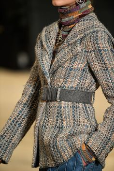 See all the Details photos from Chanel Autumn/Winter 2018 Pre-Fall now on British Vogue Chanel Outfit, Chanel Jacket, Chanel Fashion, Fashion Week, Look Fashion, Spring Fashion, Fashion Outfits, Womens Fashion, Fashion Design