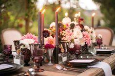 décoration de mariage en fleurs roses et blanches, chandelles et verrerie en bordeaux