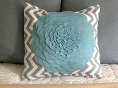 These colors and this pillow = Gorgeous. LOVE.