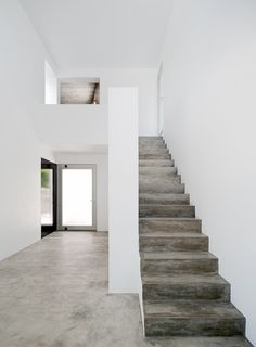Built by Nuno Simões + DNSJ.arq in Meco, Portugal with date Images by FG+SG. The intervention that is proposed is located within the urban perimeter of Aldeia do Meco. Concrete Staircase, Concrete Floors, Stairs Flooring, Poured Concrete, Wooden Stairs, White Concrete, Polished Concrete, Interior Stairs, Interior Architecture