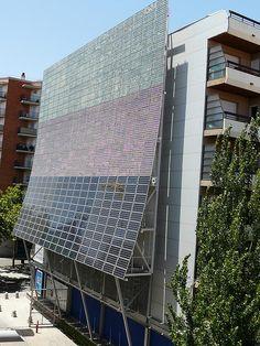 La façana fotovoltaica del mNACTEC de Terrassa té una potència de pic de 39,7 kwp, i produeix uns 42 MWh per any.
