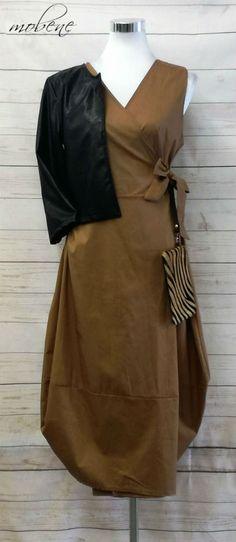 Midikleid in camel mit lässiger Clutch im Zebralook und kurzer Lederjacke Overall Jumpsuit, Clutch, Girls, Wrap Dress, Tops, Dresses, Fashion, Sequin Shirt, Cropped Leather Jacket