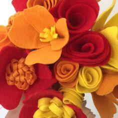 Buquê de flores confeccionadas em feltro, disponível em diversas combinações de cores e tipos de flor.    100% feito à mão com muito carinho!