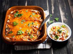 Nämä kanatäytteiset enchiladat tarjoaa mausteisen makumatkan latinomaailman pyörteisiin.