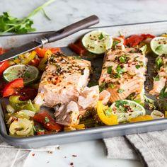 Für den Chili-Limetten-Lachs mit Paprika musst du nur die Marinade zubereiten und Gemüse schnippeln. Ab auf ein Blech damit - den Rest übernimmt der Ofen!