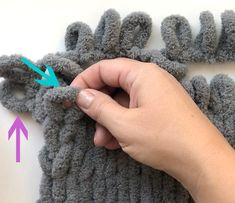 Finger knitting is SO EASY with new loop yarn. You can make a gorgeous chunky knit blanket without knowing how to knit! Knitting Make a gorgeous finger knit blanket with loop yarn {this is so easy!} - It's Always Autumn Finger Knitting Blankets, Arm Knitting, Knitted Blankets, Knitting Patterns, Knitting With Hands, Loom Knitting Blanket, Scarf Patterns, Chunky Yarn Blanket, Hand Knit Blanket