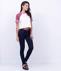 Calça feminina    Modelo super skinny    Marca: Blue Steel    Tecido: jeans    Composição: 67% algodão, 30% poliéster e 3% elastano    Modelo veste tamanho: 36             COLEÇÃO INVERNO 2016             Veja outras opções de    calças jeans femininas.                Calça Jeans Feminina - SuperSkinny     A calça super skinny é a preferida das mulheres.  As calças super skinny  vêm com diferentes tipos de lavagens, rasgadas e até com tachas. Se você é fã de jeans, fique de olho na…