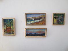Pinturas de pequeño formato con marcos de madera reciclada.