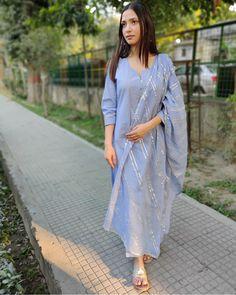 Casual Indian Fashion, Indian Fashion Dresses, Dress Indian Style, Indian Designer Outfits, Indian Outfits, Kurti Designs Party Wear, Dress Designs, Cotton Suit, Silk Suit