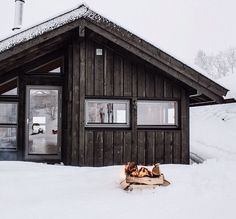 whiskandwhittle: Source IG (The Little Hermitage) Ideas De Cabina, Cabin In The Woods, Winter Cabin, Decoration Inspiration, Love Your Home, Cabins And Cottages, Built Environment, Architecture, Black House
