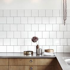 Are you looking for some amazing ideas for your new kitchen backsplash? Installing a new backsplashk is a great way to update your kitchen without going through a full remodel. Wooden Cupboard, Wooden Kitchen Cabinets, Kitchen Wall Tiles, Kitchen Backsplash, Kitchen Wood, Budget Kitchen Remodel, Kitchen On A Budget, Home Decor Kitchen, New Kitchen