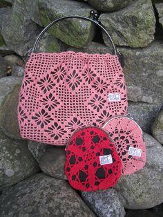 Risakon nostalgiset käsilaukut ja kukkarot on valmistettu kierrätyspitseistä. Saatavilla useita eri värivaihtoehtoja.