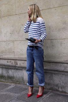 Девушка в широких джинсах и красных туфлях
