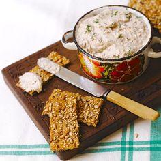 Vispaté   (kan ook met gerookte makreel of gerookte forelfilet, als extra een theelepel mierikswortel uit een potje erdoor, een vork werkt ook prima om alles goed te mengen)