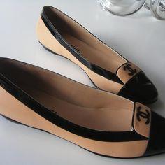 Black & tan Chanel flats (classic double-C logo) Cute Shoes, Me Too Shoes, Chanel Flats, Coco Chanel, Shoe Boots, Shoe Bag, Chic Chic, Mocassins, Clutch