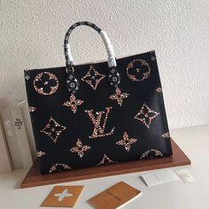 Luxury Purses, Luxury Bags, Louis Vuitton Handbags, Louis Vuitton Monogram, Vuitton Bag, Fashion Handbags, Fashion Bags, Types Of Purses, Diy Handbag