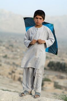 Portrait of a young boy and his kite in Kabul, Afghanistan. Kids Around The World, We Are The World, People Around The World, Around The Worlds, Beautiful Children, Beautiful People, Steeve Mc Curry, Afghanistan Culture, Pakistan