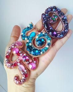 Покажу еще раз буковки,которые я делала пару месяцев назад на заказ для подружек из Германии) Ярко и сочно вышло, девочки довольны 🤗❤🥰… Bead Jewellery, Hair Jewelry, Beaded Jewelry, Jewelery, Seed Bead Necklace, Seed Beads, Beaded Necklace, Bead Embroidery Jewelry, Beaded Embroidery