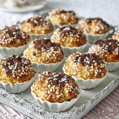 Ta fram muffinsformarna och fyll dem med hastbullar som inte behöver jäsa.
