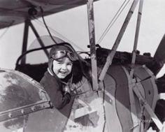 Bambino nell'abitacolo di un aereo Poster su AllPosters.it