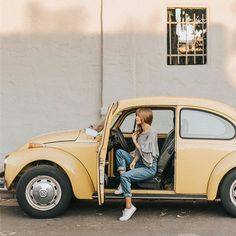 I like this yellow- it's a nice vintage color, but now sure how well it would go w/ gold. Volkswagen, Foto Casual, Foto Instagram, Foto Pose, Cute Cars, Mellow Yellow, Yellow Car, Vw Beetles, Mode Style