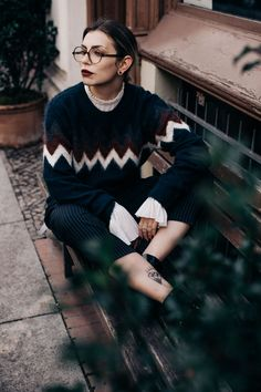Die Gästeliste | Fashion Blog from Germany. White romantic blouse+printed sweater+black pinstriped pants+black mocassins+black long wool coat. Winter Casual Business Outfit 2017