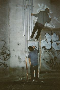 graffiti the walls people photography Night Aesthetic, Aesthetic Grunge, Street Art Graffiti, Fotografia Grunge, Grunge Photography, Newborn Photography, Urban Photography, White Photography, Photography Poses