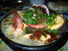 La comida de Santiago, Chile. La comida de Santiago es muy rico sin duda. Muchos de los alimentos en la ciudad de Santiago contiene deliciosos tipos de carne. Algunos de los alimentos en Santiago son arrollados de chancho, bistec a lo pobre y carbonada.