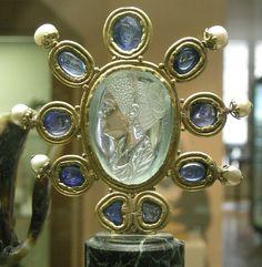 Una aguamarina tallada con la imagen de Julia hija de Tito; la montura es carolingia; lleva 6 perlas y 9 zafiros.Tesoro de Saint Denis. wikipedia