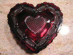 VINTAGE AVON RUBY RED GLASS 1876 CAPE COD COLLECTION-HEART TRINKET BOX POWDER