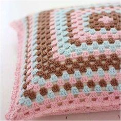 Crochet Cushion Cover, Crochet Pillow Pattern, Crochet Cushions, Granny Square Crochet Pattern, Crochet Granny, Crochet Patterns, Knitting Patterns, Crochet Cross, Crochet Home