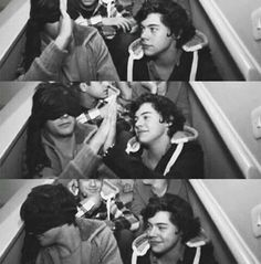 I love how Louis turned away to hide his smile but Harry is smiling at him bc he knows that Louis shouldn't be smiling and is trying to hide it. I think this is one of the sweetest Larry moments Larry Stylinson, Imprimibles One Direction, Zayn, Larry Shippers, Harry 1d, One Direction Pictures, Direction Quotes, Louis And Harry, Harry Edward Styles