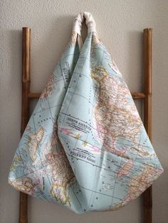 Bolso origami, forrado y con bolsillo interior.  Medidas: 45x50x13 (anchoxaltoxprofundo).  www.yeboles.com
