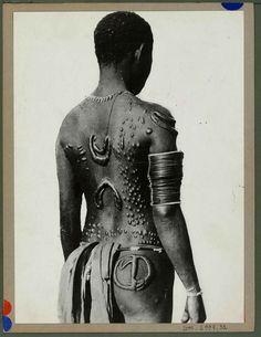 Edmond Demaître • Comme en atteste ce tatouage «brodé» sur le dos d'une Africaine lors d'une expédition ethnologique en 1930.