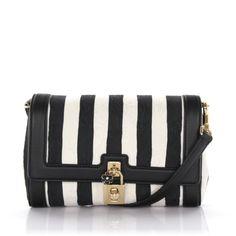 So eine tolle und zeitlose Handtasche von Dolce & Gabbana sollte man sich definitiv einmal im Leben gönnen! Schwarz, weiß, gestreift, perfekt, oder?