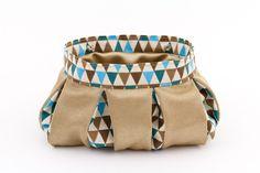 Dieses kleine Täschchen mit Kellerfalten bietet durch seine bauchige Form viel Platz für Schminksachen und allerlei Kleinkram.   Es ist in den Farben Gold und Blau gestaltet.