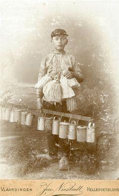 Koffiejongen Adrianus Hopman, geboren op 20 mei 1884. Op de achterzijde van de foto de aantekening: 'Jarige koffiejongen'. De koffiejongen bracht de Vlaardingse kuipers in de kuiperijen hun koffie in kannetjes en hun boterhammen in zogenaamde 'stikkezakjes'. 1897 Foto Niestadt #ZuidHolland #Vlaardingen