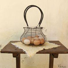 Drátovaný+koš+na+vajíčka+Drátovaný+košík+vyrobený+podle+tradiční+drátenické+tvorby+z+železného+drátu.+Dříve+se+běžně+používal+na+skladování+vajec.+Podobný+možná+měly+vaše+babičky+či+prababičky+vkuchyni.+Lze+jej+používat+například+na+skladování+vajíček,+cibule+či+česneku,+ovoce,+zeleniny,+ale+také+na+provázky+či+klubíčka.+Nebo+si+košík+můžete+...