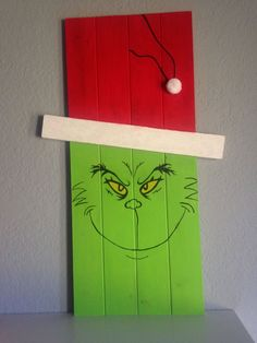 Christmas decoration ideas - Grinch pallet board display sign