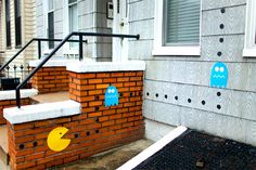Street artist Katie Sokoler from Brooklyn came up with a great idea to make the streets, where she lives, into a real life game scene of Pacman Real Life Games, Home Nyc, Pop Art Illustration, Art Thou, Pac Man, New York Street, Street Artists, Funny Art, Banksy