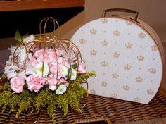 Arranjo de flores naturais na carruagem de metal e a maleta da parceira Arte by Galante, enfeitam e dão delicadeza.