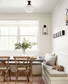 Adorable 50 Cozy Farmhouse Banquette Seating in Kitchen Ideas https://homeastern.com/2018/01/11/50-cozy-farmhouse-banquette-seating-kitchen-ideas/