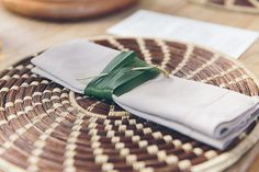 Casamento na praia - Trancoso Bahia - Decoração tropical - Porta guardanapo de folha de bananeira ( Foto: Duo Borgatto )