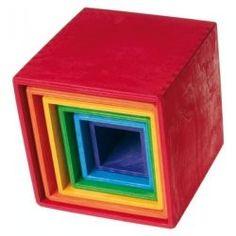 6 cubos apilables, que se colocan uno dentro de otro, el mayor mide 15 x 15 x 15 cm. Tienen actractivos colores inspirados en el arco iris. Son de madera de gran calidad, con un acabado con tintes en base agua y aceites naturales, que le dan un color, tacto, aroma y aspecto muy natural y garantizan la seguridad de los niños (cumpliendo norma EN71).    Es un juguete educativo que por su diseño sencillo y atractivo da grandes posibilidades de juego a los niño