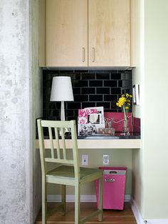 Space Style: A City Loft with Comfy Home Decor Look for ways to utilize small spaces, like turning a nook into a home office.Look for ways to utilize small spaces, like turning a nook into a home office. Tiny Office, Small Space Office, Office Nook, Home Office Space, Office Spaces, Desk Nook, Small Desks, Small Workspace, Closet Office