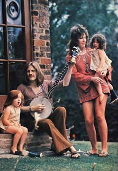 Rock Music History family portrait: John Paul Jones of Led Zeppelin & his wife & children, with banjo. John Paul Jones, Mode Hippie, Hippie Man, Led Zeppelin, Great Bands, Cool Bands, Estilo Hippy, John Bonham, Greatest Rock Bands