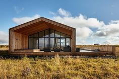 This modern wooden retreat designed by Tonnatak is situated in Bláskógabyggð, Island. Read also on Offsomedesign Outdoor living in amazing summer house OLA 25 – kitchen island Island residence Retreat house in Sydney